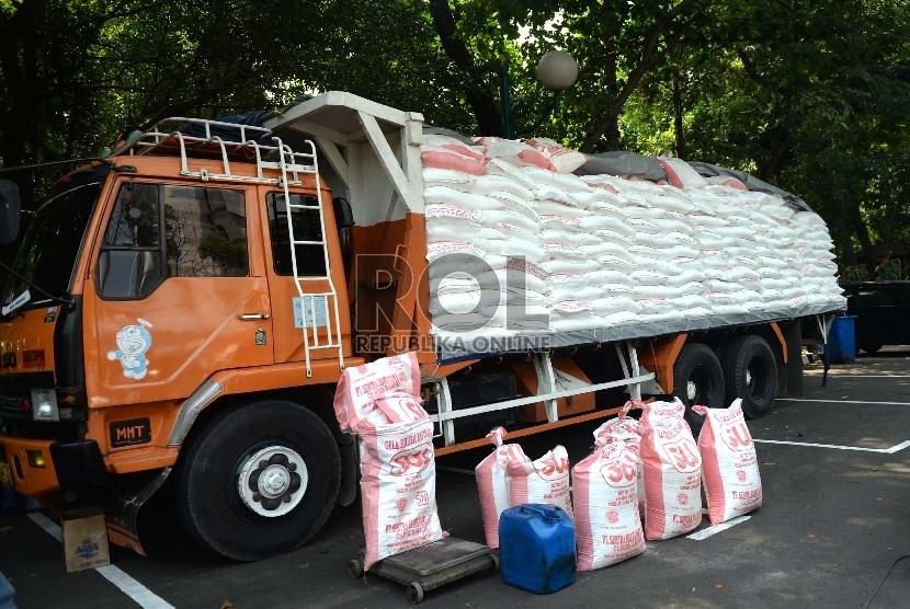 Gula Rafinasi Sitaan. Petugas memeriksa gula rafinasi sitaan di Polda Metro Jaya, Jakarta Pusat, Rabu (24/6).   (Republika/Wihdan)