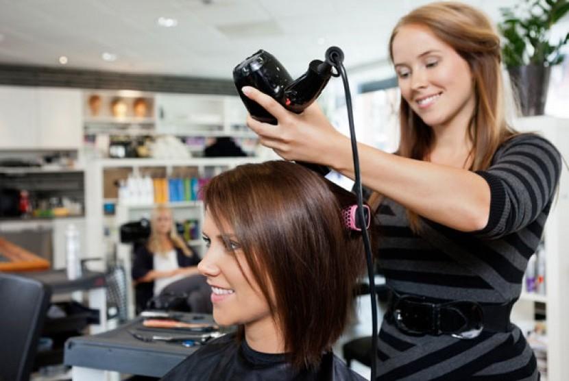 Gunakan hair dryer dengan cara yang tepat untuk menghindari kerusakan rambut