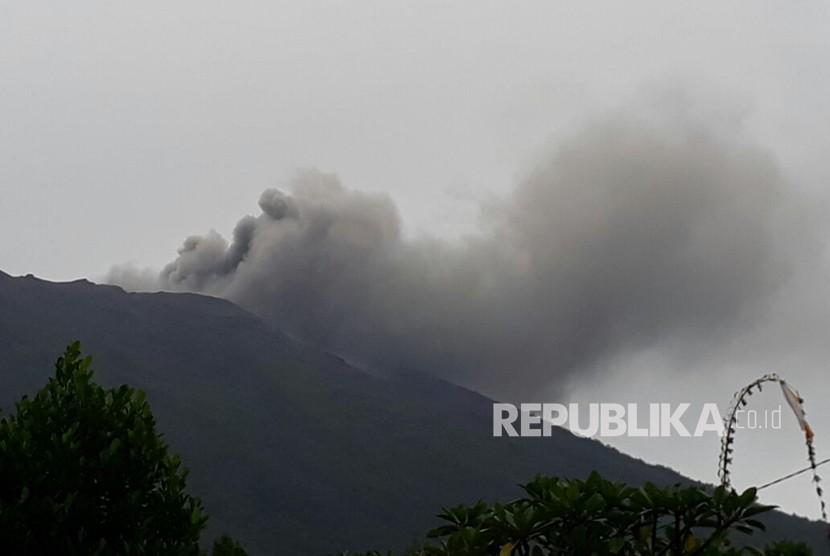 Gunung Agung di Kabupaten Karangasem, Provinsi Bali akhirnya meletus. Puncak tertinggi di Pulau Dewata itu mengeluarkan asap hitam pada Selasa (21/11) sore, pukul 17.35 WITA dalam kondisi level siaga atau level tiga.