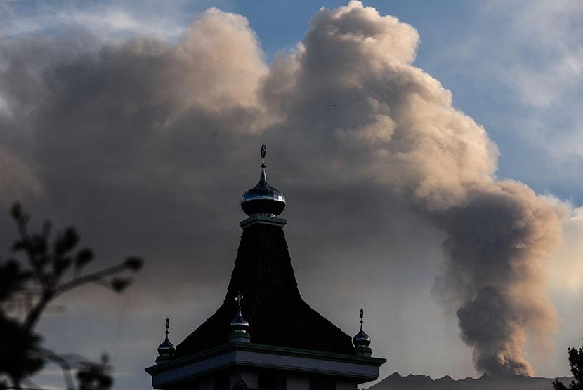Gunung Raung mengeluarkan awan panas terlihat dari Desa Melaten, Bondowoso, Jawa Timur, Ahad (12/7).   (Antara/Zabur Karuru)