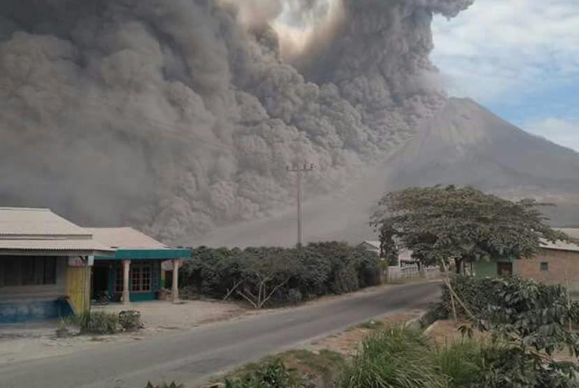 Hasil gambar untuk Sinabung Kembali Meletus, Abu Tebal Menyelimuti