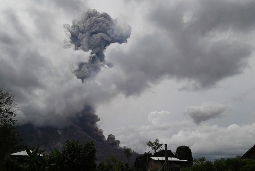 Gunung Sinabung menyemburkan material vulkanik ketika erupsi, di Karo, Sumatera Utara, Rabu (25/5).