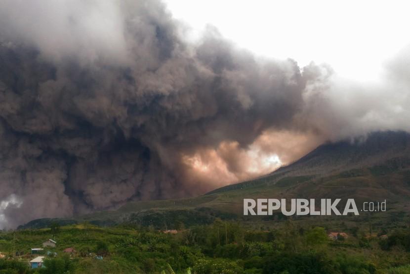 Erupsi, Sinabung Semburkan Abu Vulkanik Hingga 3,5 Km