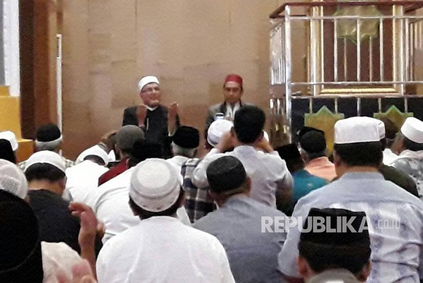 Guru besar Universitas Al Azhar Mesir Syekh Muhammad Nasr Addusuqi Al- Abbani tengah memberikan tausyiah tadi siang di Masjid Hubbul Wathan, NTB (Ilustrasi)