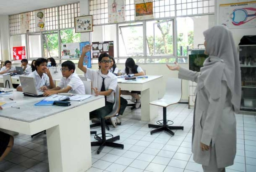 Guru mengajar di kelas.  (Ilustrasi)