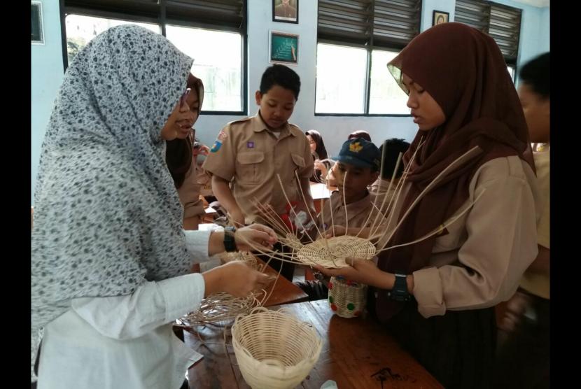 Guru Seni Budaya SMPN 20 Kota Tangerang Ani Yulianita memberikan pelatihan teknik pembuatan kerajinan dari rotan.