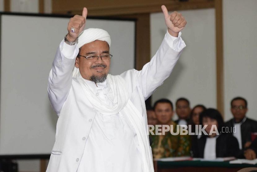 Habib Rizieq Shihab menjadi saksi dalam sidang terdakwa kasus dugaan penistaan agama Gubernur DKI Jakarta Basuki Tjahaja Purnama saat menjalani sidang yang digelar oleh Pengadilan Negeri Jakarta Utara di Auditorium Kementerian Pertanian, Jakarta, Selasa (
