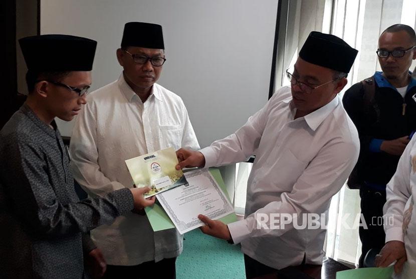 Hafidz muda Indonesia, Muhammad Abdul Fakih (12 tahun) menerima uang pembinaan di Kantor Kementerian Agama, Thamrin, Jakarta Pusat, Senin (16/10). F