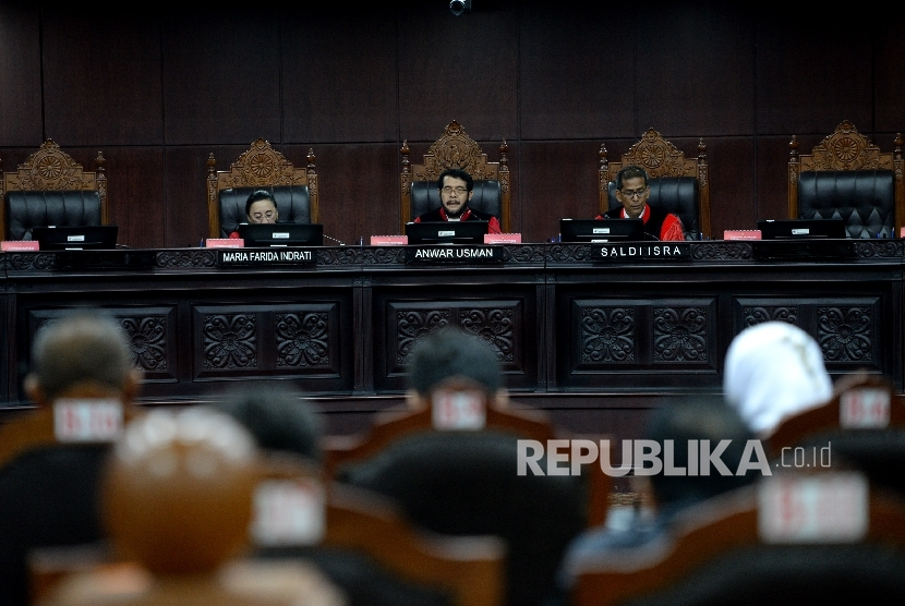 Hakim MK Anwar Usman (tengah) bersama Hakim MK Maria Farida Indrati (kiri), dan Hakim MK Saldi Isra memimpin Sidang Uji Materi Presidential Threshold di Mahkamah Konstitusi, Jakarta, Kamis (3/8).