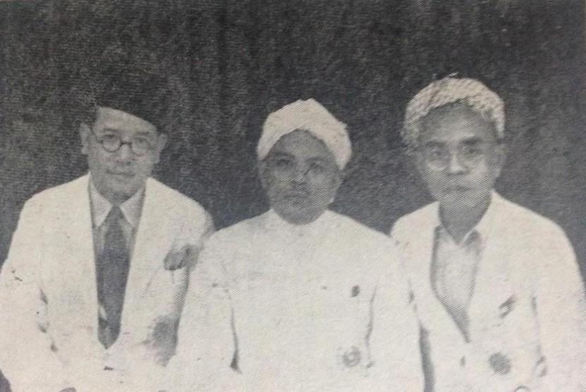 Hamka San bersama-sama Tengku Yafizhan dan Syekh Abdullah Afifudin menghadiri konferensi ulama di Syonato (Singapura) yang diadakan Jepang (1943).