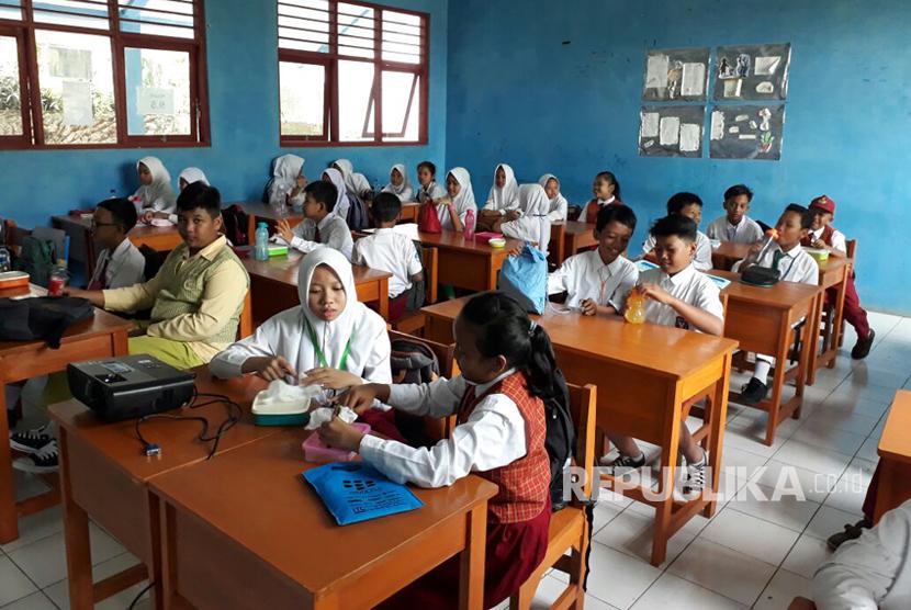 Hari pertama masuk sekolah di SMPN 21 Pamulang, Tangerang Selatan, tidak ada atribut yang melekat pada peserta didik baru, Senin (17/7).