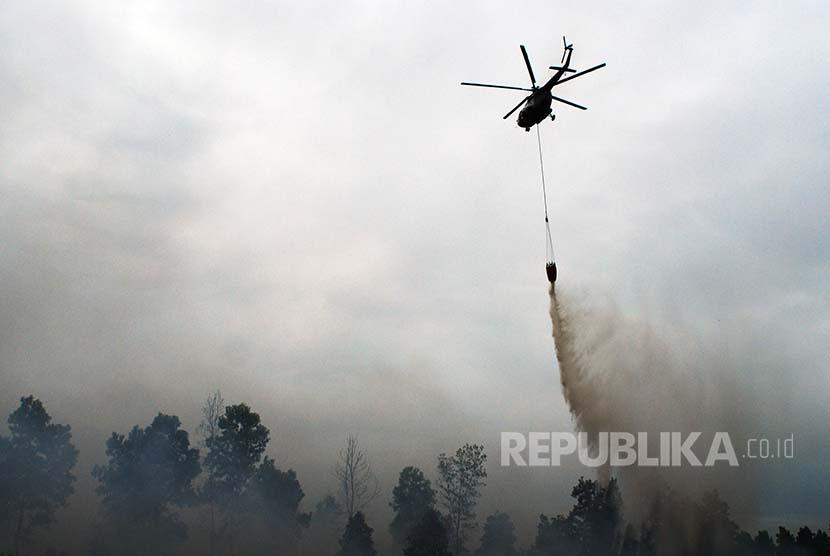 Helikopter MI-8 UR-CMJ Badan Nasional Penanggulangan Bencana (BNPB) melakukan pemadaman dari udara (ilustrasi)