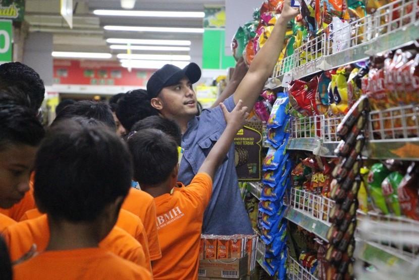 Hengky Kurniawan Belanja Bareng Anak-Anak Dhuafa