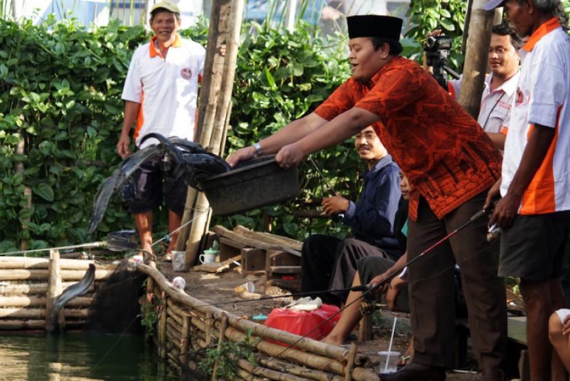 Bang Hidayat Mancing Bareng Warga Hidayat Nur Wahid calon gubernur DKI Jakarta secara tiba-tiba menghampiri para pemancing ketika hendak berjalan menghadiri undangan ceramah persiapan Ramadhan di wilayah Kuningan Barat, Jakarta Selatan, Selasa (19/6).