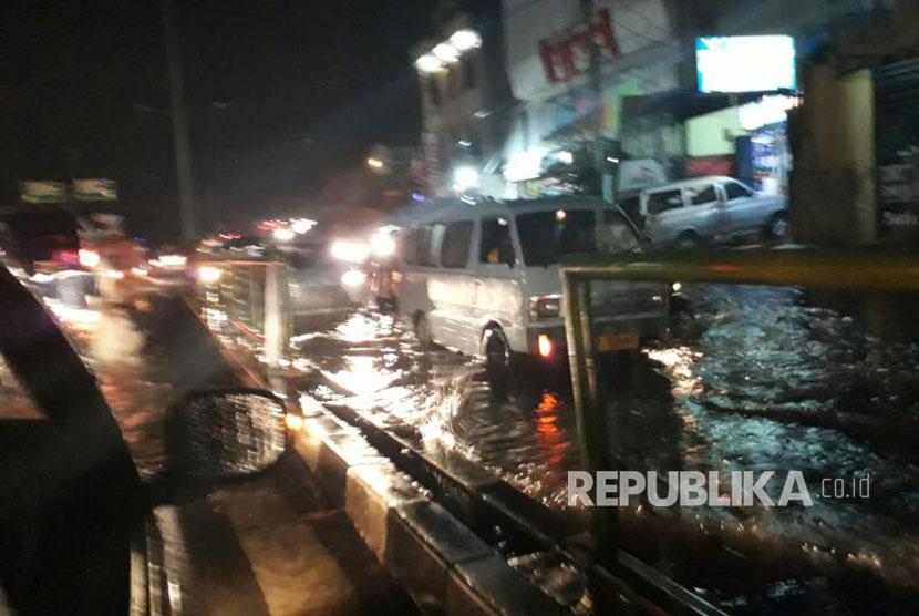 Hujan Deras, Sejumlah Jalan di Kota Depok Tergenang Air