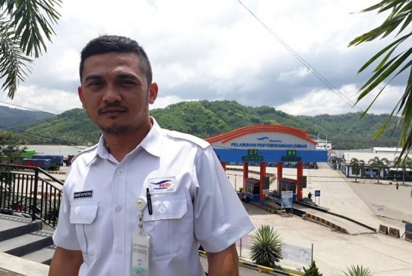 Dampak Erupsi, ASDP Bagikan Masker di Pelabuhan Lembar