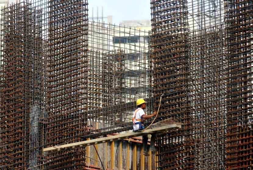 Hutang Luar Negeri. Pekerja mengerjakan pembangunan gedung bertingkat di Jakarta, Rabu (20/8).(Republika/ Wihdan)
