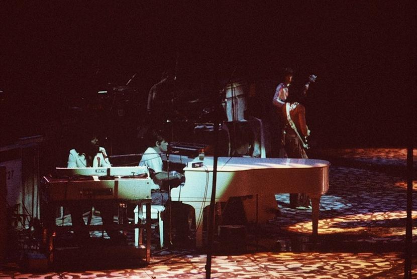 Ian Stewart bermain piano saat konser bersama Rolling Stones