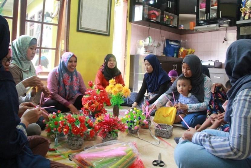 Ibu-ibu di Rumah Amalia diajak membuat produk kreatif dari barang-barang bekas