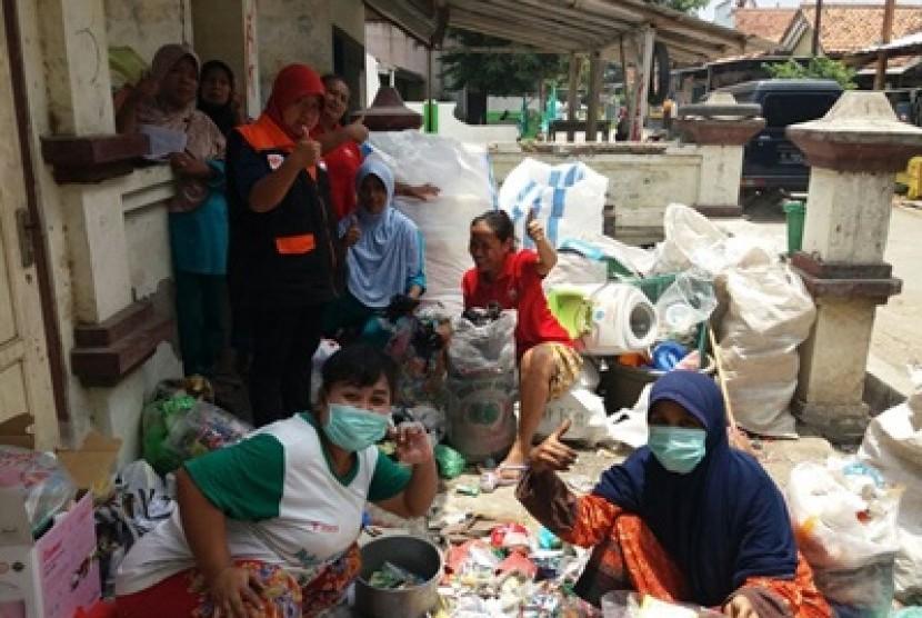 Ibu-ibu PKK RT 02/ RW 01 Ujungrusi, Adiwerna Kab. Tegal bersama Fasilitator Rumah Zakat, Ahad (8/10) mengelola bank sampah.