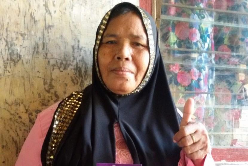 Ibu Juanah salah satu mitra Amartha yang sukses dengan bisnis gorengannya