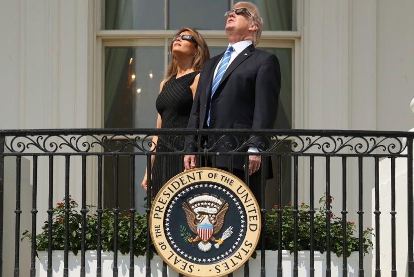 Meme Trump Lihat Gerhana Matahari Ramaikan Warganet