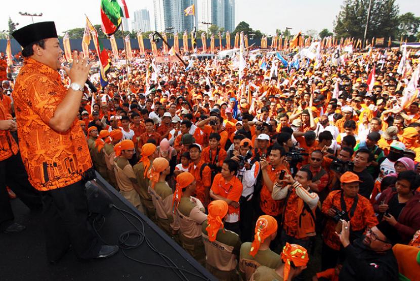 Ribuan massa menghadiri kampanye terbuka pasangan Cagub-cawagub DKI Jakarta Hidayat Nur Wahid-Didik J Rachbini di Stadion Soemantri Brodjonegoro Kuningan, Jakarta, Ahad (1/7).