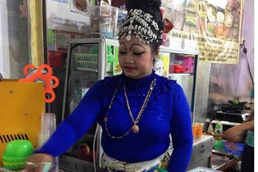 Dandan Unik Pedagang Kedai Kue ITC Mangga Dua