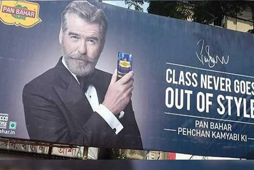 Iklan produk penyegar mulut buatan India yang menampilkan sosok aktor Pierce Brosnan.