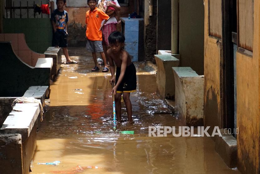 Ilustrasi anak-anak membersihkan lumpur ketika banjir