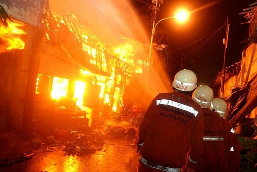 17 Mobil Damkar Padamkan Kebakaran Kantor PLN Tanjung Priok