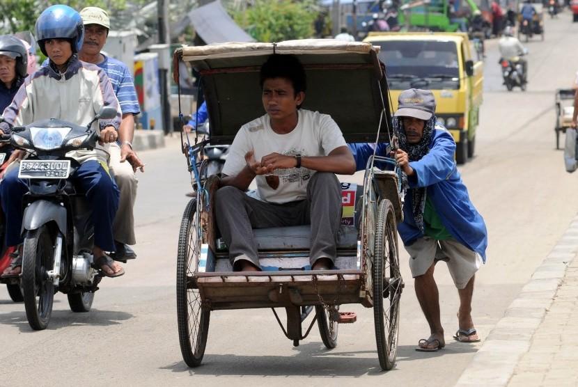 Ilustrasi warga memanfaatkan jasa transportasi becak saat melewati kawasan Muara Angke, Jakarta Utara.