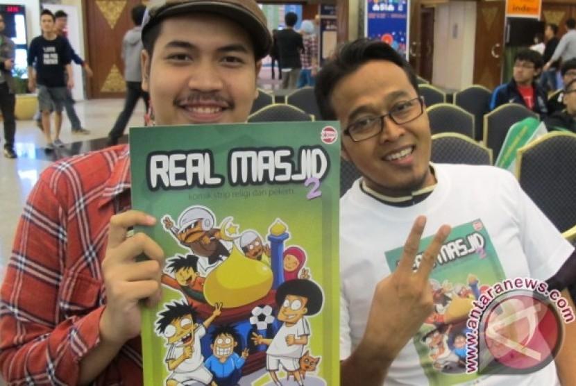 Ilustrator dan penulis komik strip religi dan pekerti Real Masjid 2 usai soft launching komik di acara Popcon Asia 2012 (29/6). Ki-ka: Faza Meonk (ilustrator) dan Tonytrax (penulis)