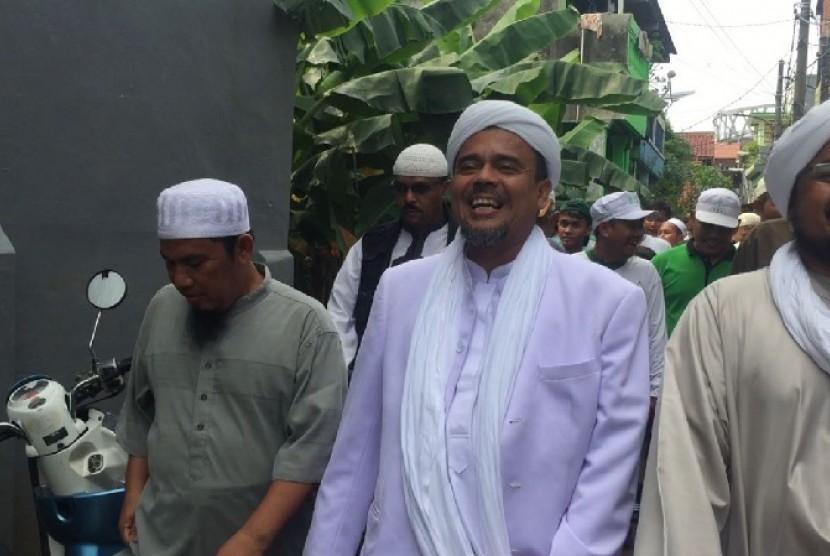 Imam Besar Front Pembela Islam (FPI) Habib Rizieq menyambangi para korban banjir di RW 04, Cipinang Melayu, Makasar, Jakarta Timur pada Rabu (22/2).