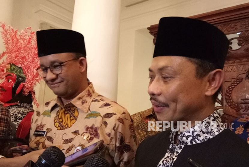 Imam of New York Islamic Center Shamsi Ali meets Jakarta governor Anies Baswedan (left) at City Hall of DKI Jakarta, Friday (November 3).