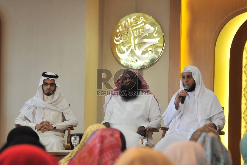 Imam besar Masjidil Haram Syekh Adil Al Kalbani (tengah) bersama Syekh Ali Jabir ( kanan) memberikan tausiyah jelang penyerahan Al Quran digital Braille kepada penderita tuna netra di masjid Al Latif, Jakarta, Selasa (24/2).  (Republika/Rakhmawaty La'lang