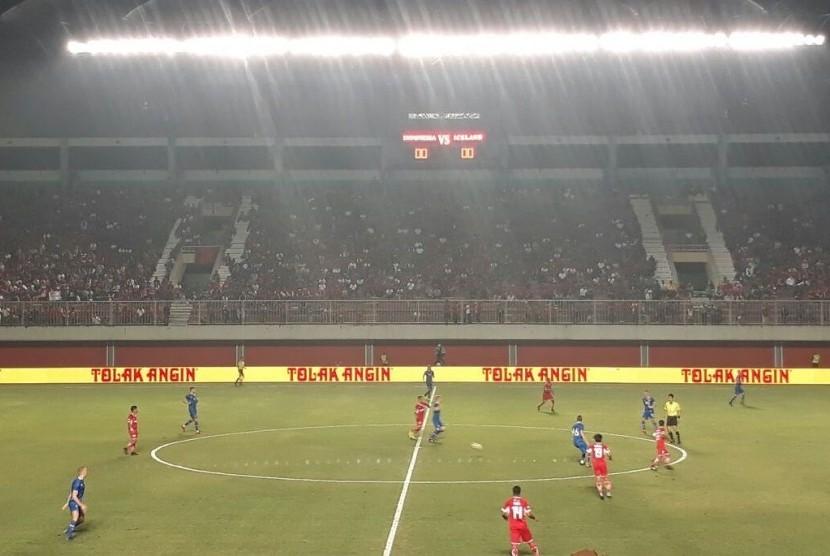 Indonesia Selection (merah) berhadapan dengan Islandia di Stadion Maguwoharjo, Sleman, Kamis (11/1).