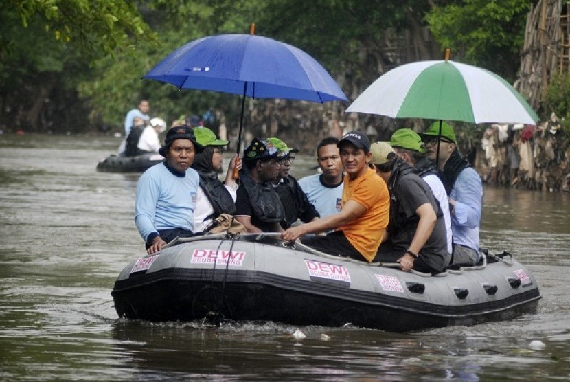 Indonesian Minister of Environtment Balthasar Kambuaya (third from left) and his counterpart from Czech, Thomas Chalupa (right) survey Ciliwung River using a rubber boat on Wednesday. During his visit, Chalupa eyes cooperation in waste management with Indo