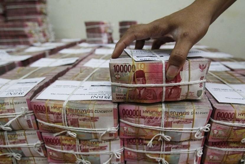 Ilustrasi tumpukan uang pecahan seratus ribu rupiah.