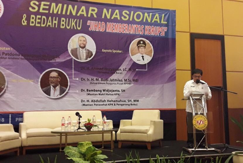 Inspektur Pemda Jabar, M Solihin membacakan sambutan Gubernur Jawa Barat, Ahmad Heryawan, pada Seminar Nasional dan Bedah Buku