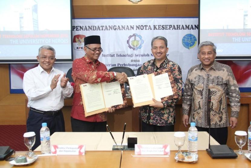Institut Teknologi Sepuluh Nopember (ITS) kerja sama oleh Kementerian Perhubungan dan Komisi Pemberantasan Korupsi terkait dukungan terhadap program tol laut. Kerja sama ditandai dengan penandatanganan Memorandum of Understanding (MoU) di Rektorat ITS, Jumat (10/11).