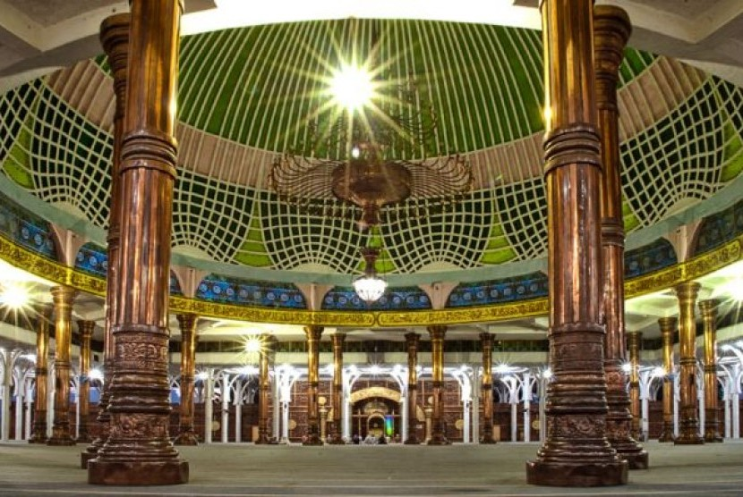 Interior Masjid Al-Falah, Jambi.