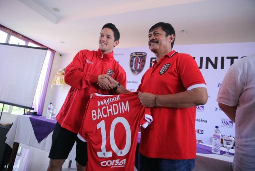 Irfan Bachdim (kiri) berfoto bersama pelatih Bali United, Indra Sjafri.