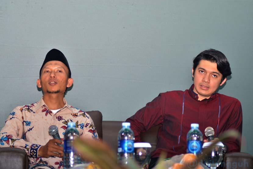 Irwansyah (kanan) dan Syaiful Anwar, alumni dai sarjana BMH.