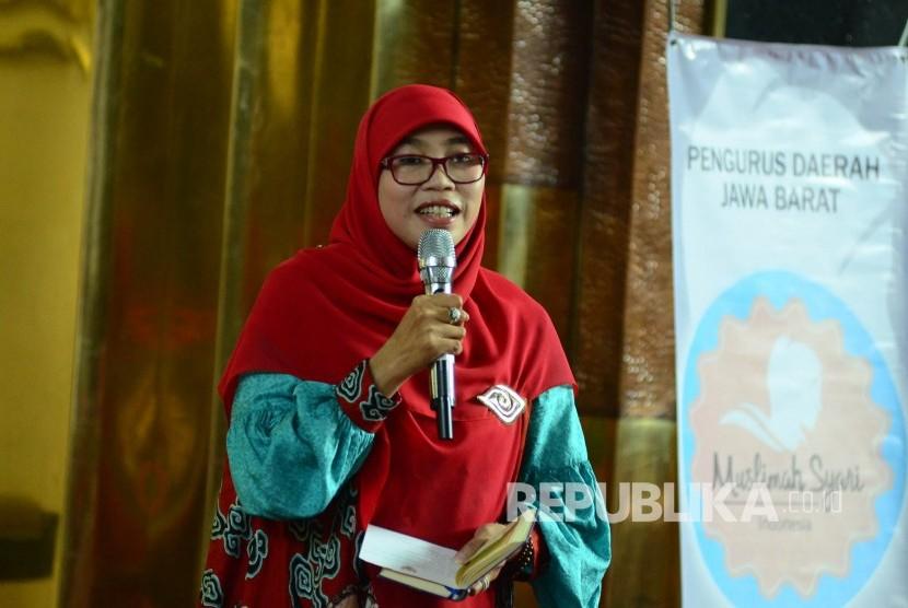 Istri Gubernur Jabar Netty Heryawan menyampaikan tausiyah pada majelis taklim Muslimah Syari Indonesia, di Masjid Al Muttaqin, Gedung Sate, Kota Bandung, Jumat (31/3).