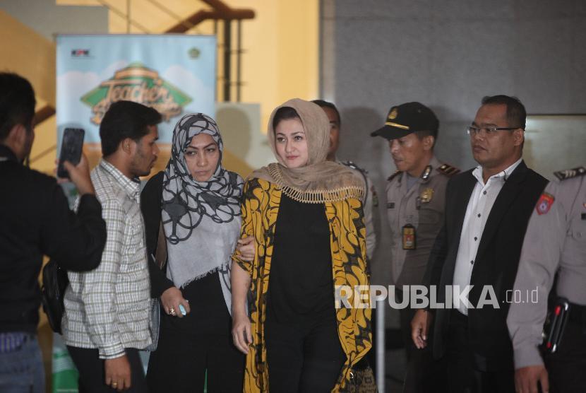 Istri Ketua DPR Setya Novanto, Deisti Astriani Tagor (tengah) berjalan seusai menjalani pemeriksaan di Gedung KPK, Jakarta, Senin (20/11).