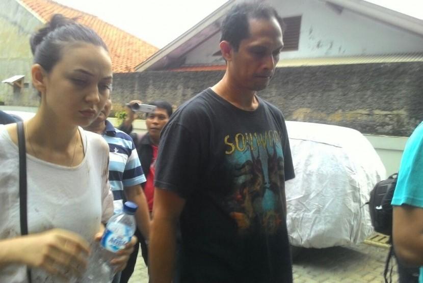 Istri korban pembacokan pakar IT ITB Hermansyah, yakni Iriana (kiri) sedang mengecek barang bukti kendaraan mobil Avanza putih B 1068 ZFT di RS Hermina, Depok, Ahad (9/7).
