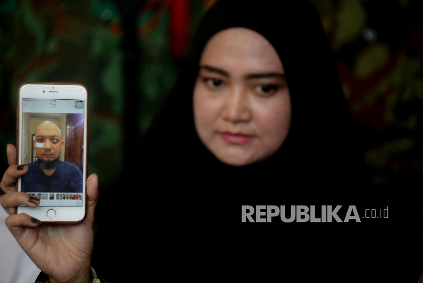 Novel Baswedan's wife, Rina Emilda, showed Novel's photo during a press briefing at her residence, Jakarta, Monday (August 28).