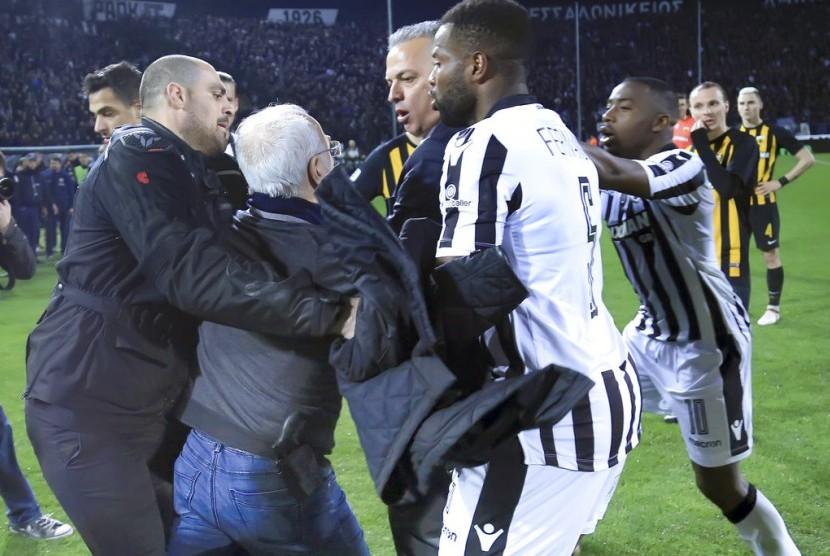 Ivan Savvidis yang hendak memprotes wasit dengan pistol di pinggang ditahan para pemain PAOK.