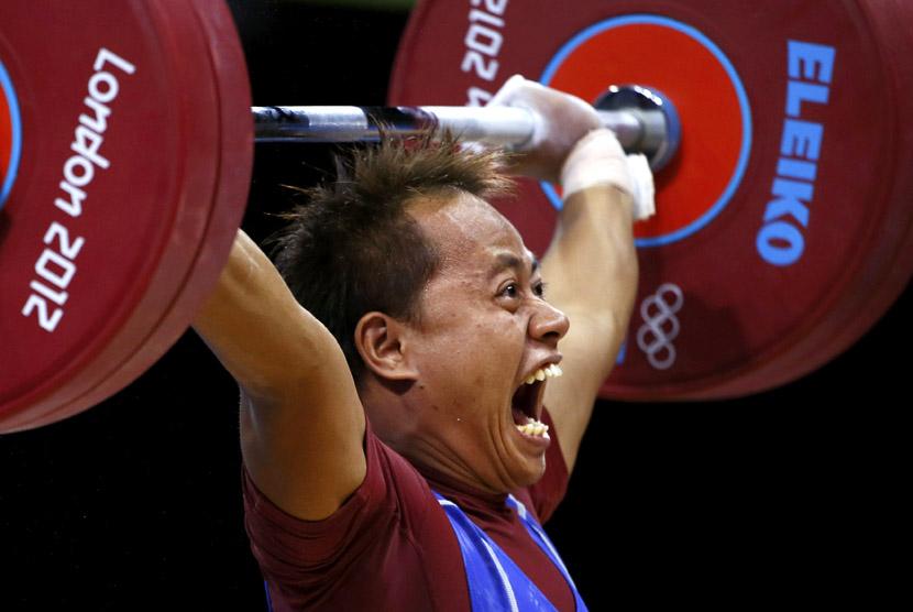 Jadi Setiadi bersiap untuk mengangkat beban saat berkompetisi pada Grup B kelas 56 kg angkat besi di Olimpiade London di Excel, Ahad (29/7). (Kai Pfaffenbach/Reuters)
